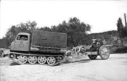 Egy német RSO 10,5 cm-es tábori tarackot vontat valahol Albániában, 1943 szeptemberében