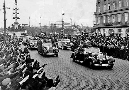 Crowds greet Adolf Hitler as he rides in an open car through Vienna in March 1938 Bundesarchiv Bild 146-1972-028-14, Anschluss Osterreich.jpg