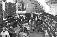 Bundesarchiv Bild 183-1989-1117-028, Berlin, Grenzübergang Friedrichstraße, Friedensplakat