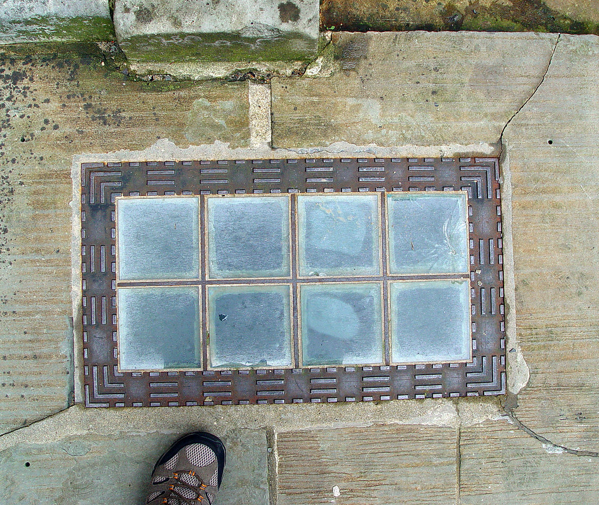 Glass brick wikipedia for Glass block window frame
