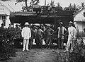 COLLECTIE TROPENMUSEUM Groepsportret tijdens het transport van een locomobiel voor de Hollandsch-Amerikaansche Plantage Maatschappij (HAPM) Tandjoengbalai TMnr 60021647.jpg