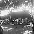 COLLECTIE TROPENMUSEUM Militaire parade in Makassar ter gelegenheid van Koninginnedag afgenomen door onder meer president Sukawati van Oost-Indonesië en kolonel Scheffelaar TMnr 10028470.jpg