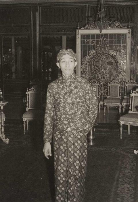 COLLECTIE TROPENMUSEUM Pakoe Boewono XII de Susuhunan van Solo in de kraton TMnr 60052129