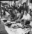 COLLECTIE TROPENMUSEUM Verkoop van doeken op de markt bij Purwarejo Midden-Java TMnr 10002526.jpg