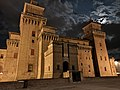 Castello Estense a Ferrara, di notte, 15-8-2019.jpg