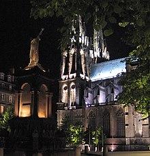 La cathédrale et la statue d'Urbain II, place de la Victoire