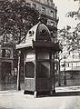 Charles Marville, Urinoir kiosque à 6 stalles, Plateau du Théâtre Français, ca. 1865.jpg