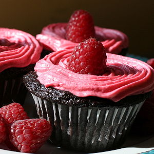 Icing (food) - Image: Chocolate Cupcakes with Raspberry Buttercream detail