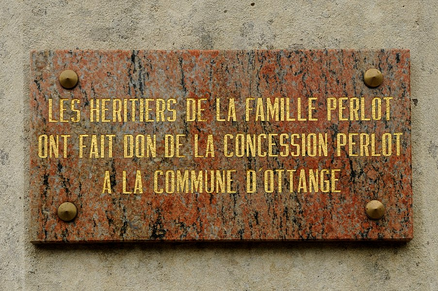 Tombeau Famille Perlot au cimetière d'Ottange.