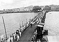 Collectie NMvWereldculturen, TM-10021687, Repronegatief 'Een grote groep mensen, veelal in het wit gekleed loopt over de draaibare Koningin Wilhelmina brug', fotograaf niet bekend, 1920-1950.jpg