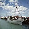 Collectie Nationaal Museum van Wereldculturen TM-20029502 Een zeilschip in de haven van Oranjestad Oranjestad -Aruba Boy Lawson (Fotograaf).jpg
