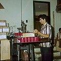 Collectie Nationaal Museum van Wereldculturen TM-20029630 Man aan het werk in een kaarsenfabriek Aruba Boy Lawson (Fotograaf).jpg