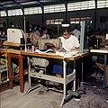 Collectie Nationaal Museum van Wereldculturen TM-20029708 Naaiatelier van confectiebedrijf Cambes Bonaire Boy Lawson (Fotograaf).jpg