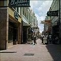 Collectie Nationaal Museum van Wereldculturen TM-20029820 De winkelstraat Heerenstraat Willemstad Boy Lawson (Fotograaf).jpg