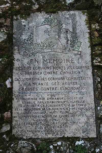 Combes (Hérault) - forêt des écrivains combattants - stèle d'entrée (détail).