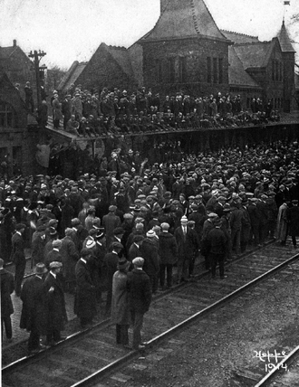 1914 Michigan Wolverines football team - Image: Crowd at Ann Arbor train station sending off football team, 1914