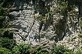 DSC00068挤压变形的岩层,同时还受到剪切力.jpg