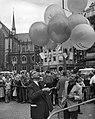 Dam tot Dam race , eerste dag. Burgemeester Van Hall laat ballonnen op., Bestanddeelnr 910-6169.jpg