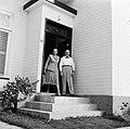 De heer en mevrouw De Greve voor hun huis in Paramaribo, Bestanddeelnr 252-5252.jpg