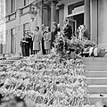 Defile Soestdijk, de Koninklijke familie op het bordes v.l.n.r. koningin Juliana, Bestanddeelnr 916-3692.jpg