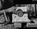 Demoulage d une theiere en ceramique a Saint-Joseph-de-Beauce - 1947.jpg