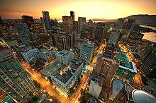 vue aérienne de nuit d'une zone urbaine faite de gratte-ciels