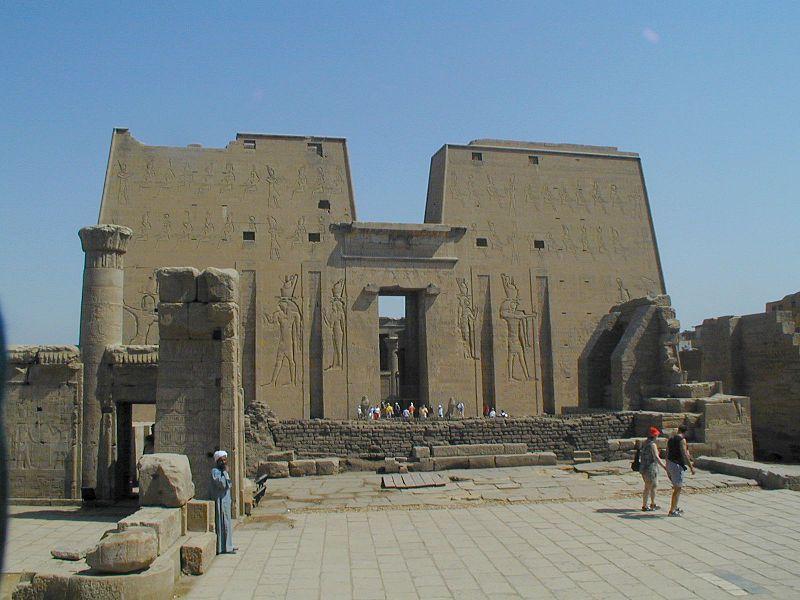 Pylony świątyni Horusa w Edfu