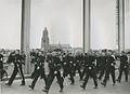 Een groep agenten van politie op de Rijnbrug de derde dag van de 27e Vierdaagse. – F40835 – KNBLO.jpg