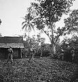 Een sectie militairen staat opgesteld op het erf van een huis, Bestanddeelnr 15818.jpg