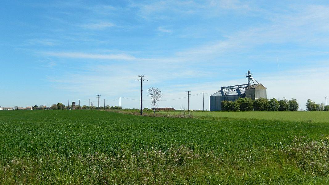 Chervettes est une commune rurale. Il y a beaucoup de champs et un silo.