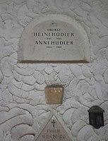Feuerhalle Simmering - Arkadenhof (Abteilung ALI) - Familie Hudler 01.jpg