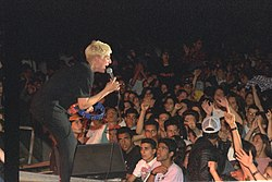 Flickr - Government Press Office (GPO) - Si Heyman performing at a rock festival in the Red Sea.jpg