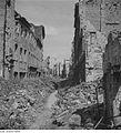 Fotothek df ps 0000043 Beräumter Pfad zwischen Trümmerschutt und Ruinen.jpg