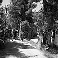 Gapie zgromadzeni przy samochodzie wyprawy - Szeberghan - 002501n.jpg