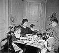 Gezin aan tafel tijdens de maaltijd, Bestanddeelnr 252-9349.jpg