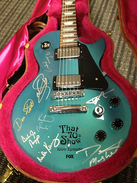 File:Gibson Les Paul signed by the cast of That '70s Show.jpg