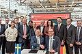 Gruppenbild Unterzeichnung des Partnerlandvertrags 2019 mit Schweden durch Fredrik Fexe und Marc Siemering auf der Hannover Messe 2018 01.jpg