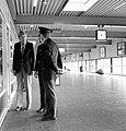 HUA-171768-Afbeelding van twee agenten van de spoorwegpolitie die een verdachte man aanspreken in de Jaarbeurstraverse bij het NS station Utrecht CS te Utrecht.jpg