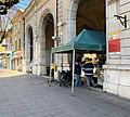 Halle couverte de Belley - un fromager fait gouter du fromage à des postiers de passage.jpg
