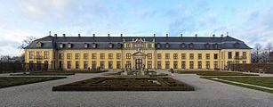 Hannover-Herrenhausen-Großer-Garten-Galeriegebäude-Panorama.jpg