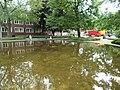 Harburger Rathausplatz Bassin mit der Skulptur Robbe von Vera Mohr-Möller.jpg