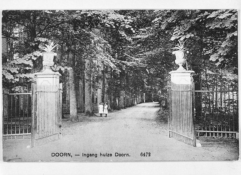 Huis doorn hoofdgebouw met voorplein en boogbrug in doorn monument - Huis ingang ...