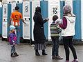 Immigranten beim Grenzübergang Wegscheid (22493459094).jpg