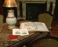 Interiör vardagssalongen, uppslagna böcker på bordet. (Föremålsref. hänv. till mattan på bordet.) - Hallwylska museet - 22404.tif