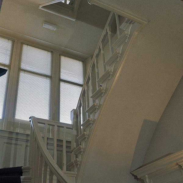 File interieur centrale hal trap naar eerste verdieping voor restauratie groningen - Interieur trap ...