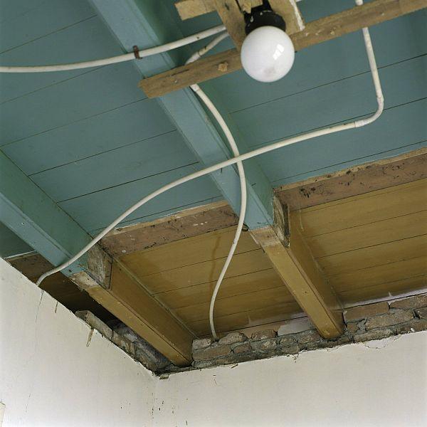 File interieur kleurstelling van het houten plafond in de slaapkamer op de begane grond links - Whirlpool van het interieur ...