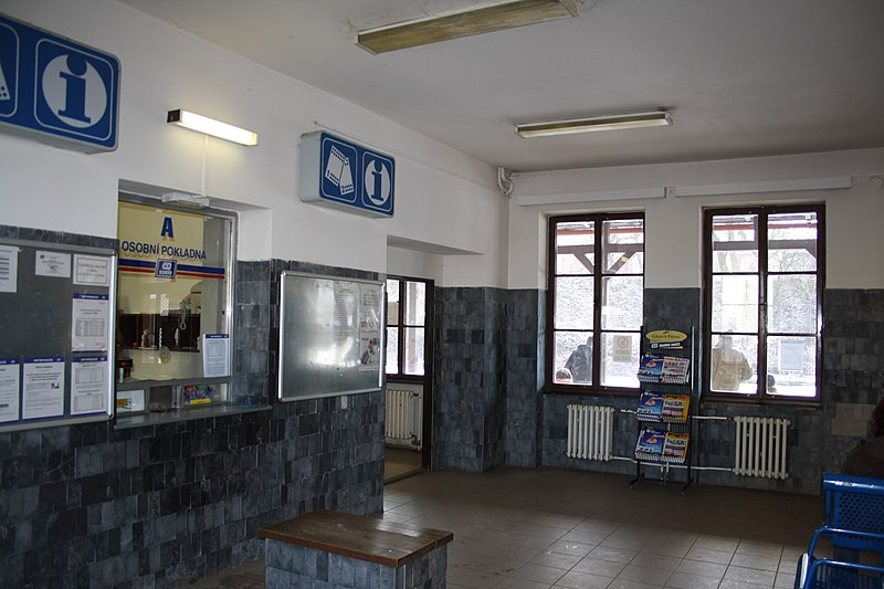 Soubor:Interior of Train station in Třebíč, Třebíč District.jpg