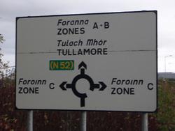 Na většině irských silničních značek je irský i anglický nápis.