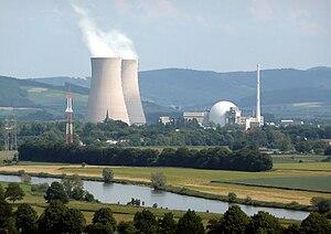 Kernkraftwerk Grohnde an der Weser: links die beiden Kühltürme, rechts das Reaktorgebäude und der Abluftkamin