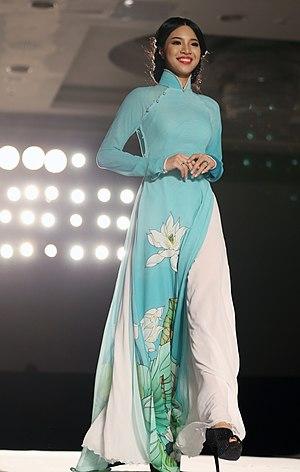 Áo dài - Image: KOCIS Korea Hanbok Ao Dai Fashion Show 03 (9766157012)
